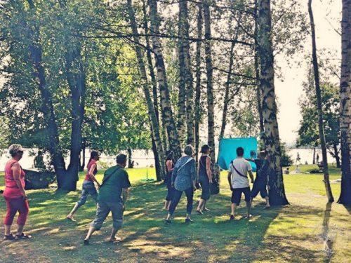 Leikkivä luontosi -työpaja käynnissä Tampereen Eteläpuistossa