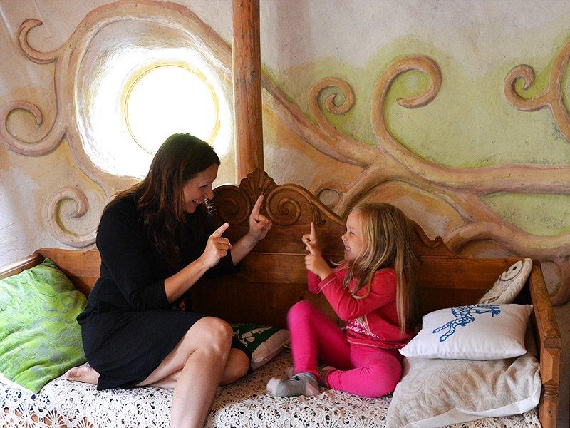 Heidi Vilkman leikkii tyttärensä kanssa