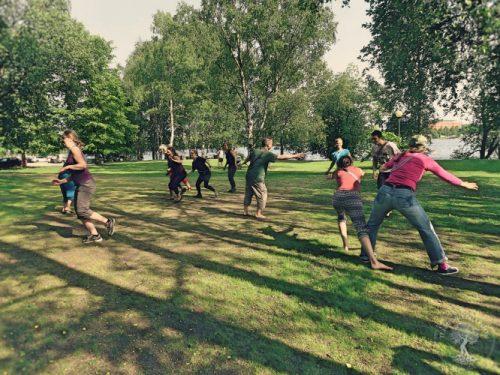 Leikkiviä ihmisiä Tampereen Eteläpuistossa