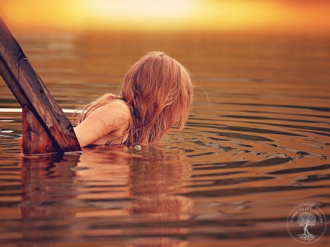 Nainen menossa uimaan
