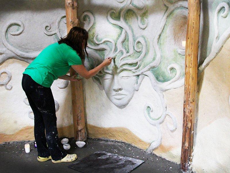Heidi Vilkman maalaamassa mökin sisusta